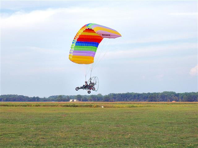Powered parachute ultralight aircraft in sideview. Photo shot by Derek Jensen (Tysto), 2005-August-29. From https://en.wikipedia.org/wiki/Powered_parachute .